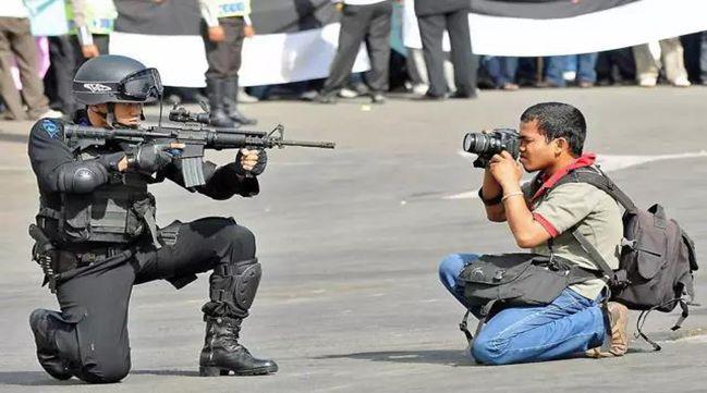 从拍照姿势,也可判断出专业摄影师与游客