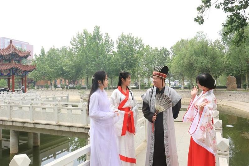 河北科技学院毕业生穿汉服留青春好时光