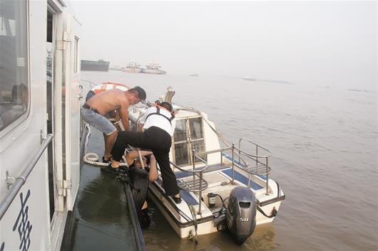 23岁小伙凌晨醉酒迷糊落水 长江中漂流30公里获救