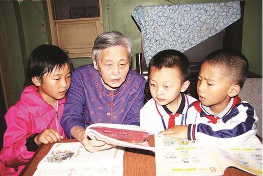 教授奶奶义务教300多个孩子学英语 2018-08-06 09:56:0
