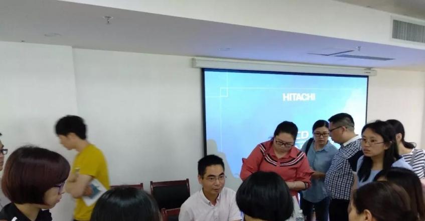 海思創總經理楊斌在倉山的高新技術企業認定講座結束后為企業耐心解答高企申報知識