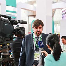 记者采访展商