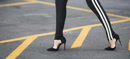 谁说运动裤不能搭配高跟鞋? 这样明明就很