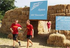 真球迷!俄罗斯农民用稻草制造球场