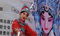 大庆路小学7岁学生金一曼在演唱黄梅戏