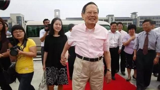 96岁杨振宁和小54岁妻子,遗产分配惹争