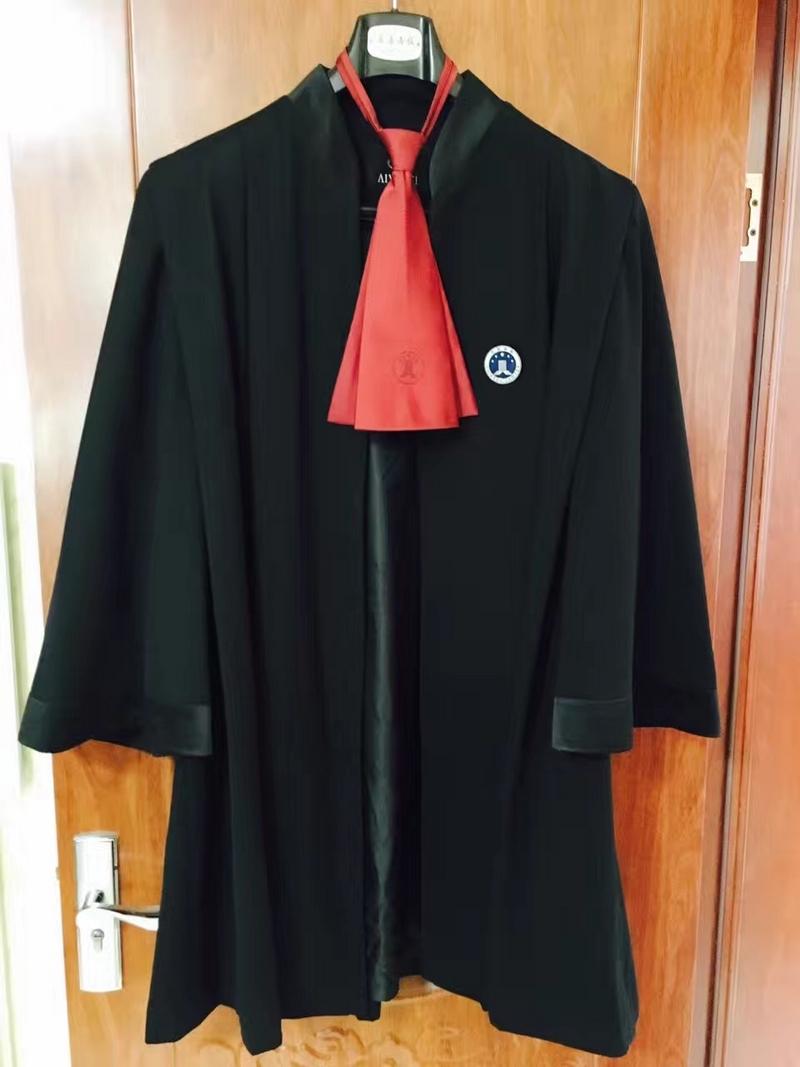 段文超出庭律师袍着装