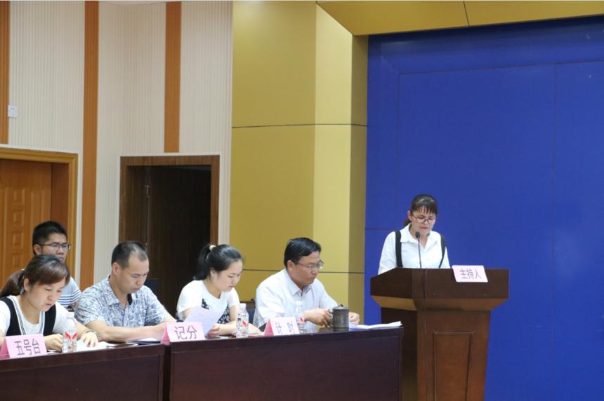 我院妇产科主任盘宁燕正在主持党知识竞赛活动.png