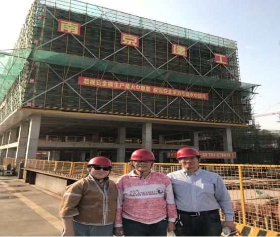05陆教授(中)、杜昱博士(左1)、倪工在大楼前合影.jpg