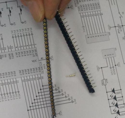 9、焊接主控制板并连接控制线 按照主控制原理图进行手工焊接,8片74HC573的输入数据信号都是并接在STC12C5A60S2 单片机的P0口,并且注意P0口的P0.0接每片74HC573的第2脚依此类推,P0口的P0.7接每片74HC573的第9脚;注意STC12C5A60S2 单片机的P1口接ULN2803的第1~8脚;并检查各个焊点与各个电气线路连接性能,然后将单片机主控板与8*8*8LED显示板连接起来,采用0.