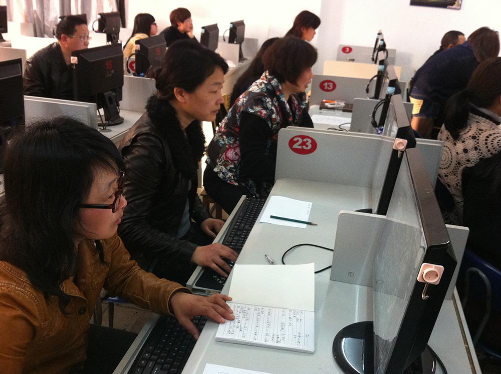学生认真操作电脑课程.jpg