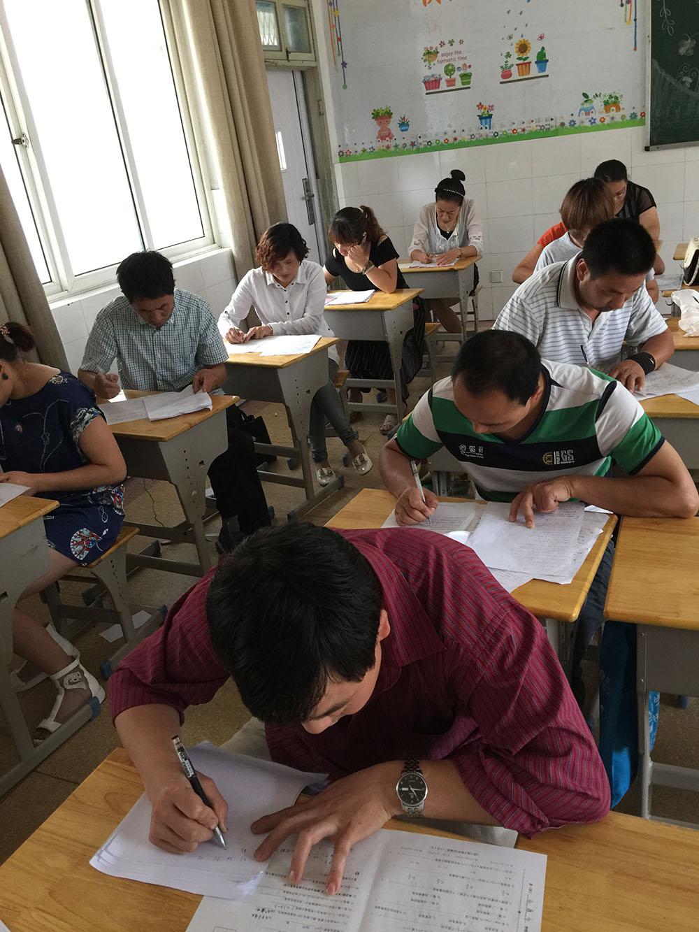 高中学生在紧张的考试中.jpg