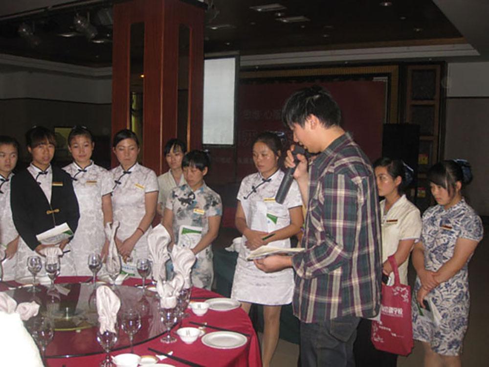 学校对明珠大酒店的餐厅服务员的培训实操.jpg