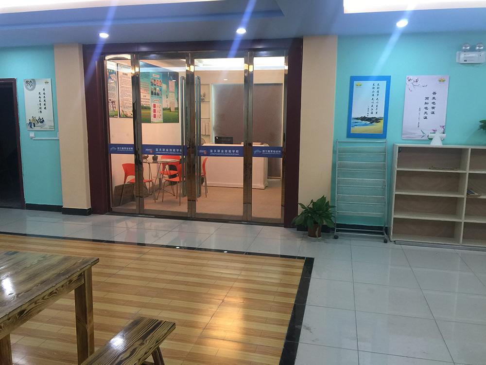 办公室前台门口.JPG