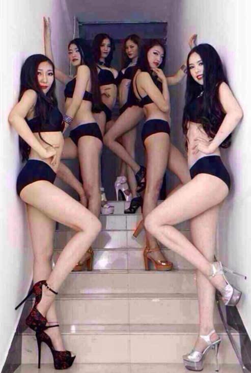 黑色比基尼高跟长腿小妹在会所楼梯摆拍