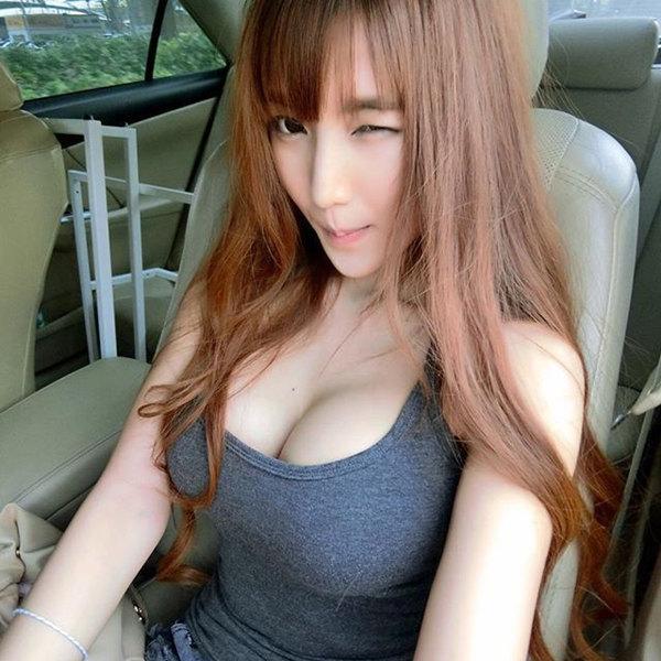 泰国网红棒糖妹Alicebambam车上自拍-皮肤白皙、胸部挺拔