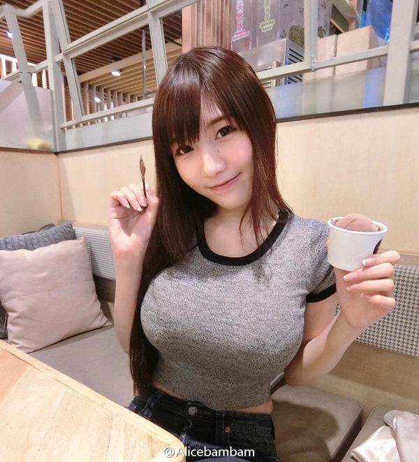 泰国女网红棒糖妹丰满诱人美胸特写