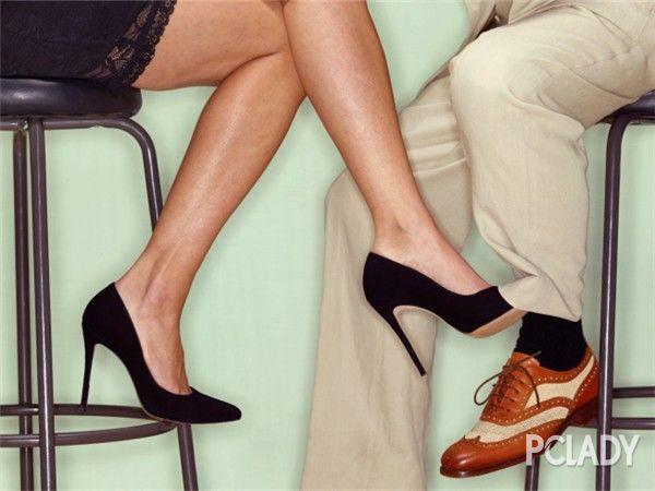 女人出轨高跟鞋撩男人裤腿