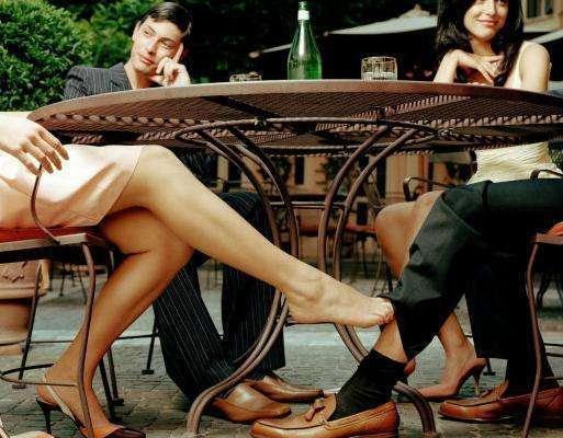 女性出轨引诱勾男人腿