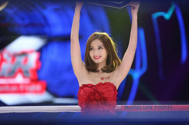 昆仑决美女举牌女郎宝贝台上走秀笑容灿烂迷人
