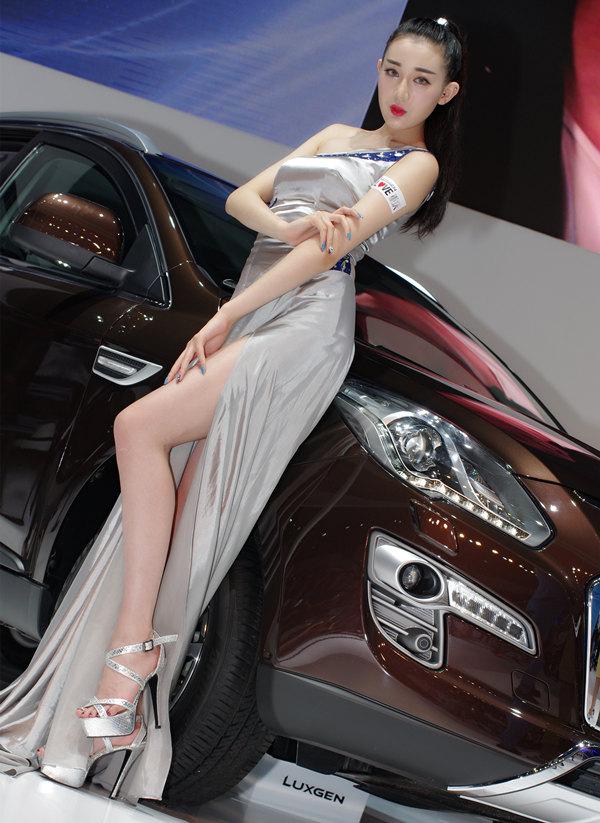 模特王王安琪车展秀美腿高清图片