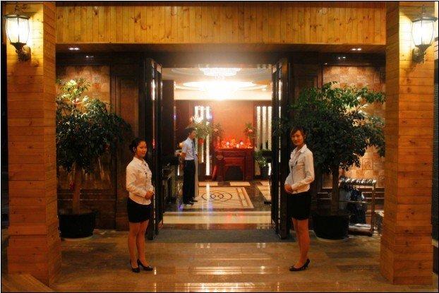厦门阳光康乐古丽池SPA会所门口两位迎宾小姐图片