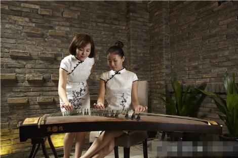 三度中国旗舰店两位旗袍美女表演曲乐