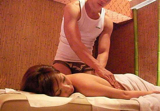男技师为女士背部按摩