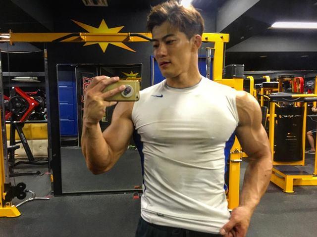 韩国大叔皮肤白皙气质硬朗身材霸气