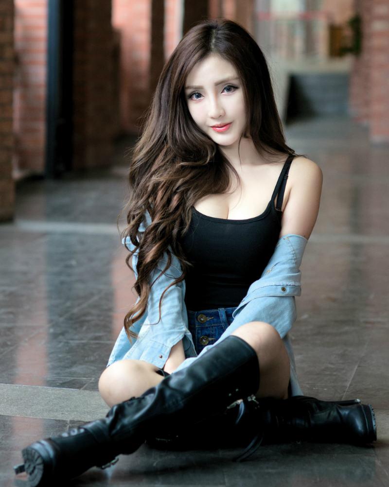 台湾美女赵芸的性感身体