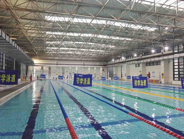 天冷了去晋爵会俱乐部游泳池自助水疗
