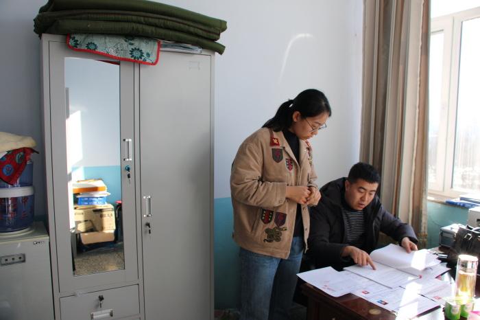 工作人员查阅兴安高中资助档案资料.JPG