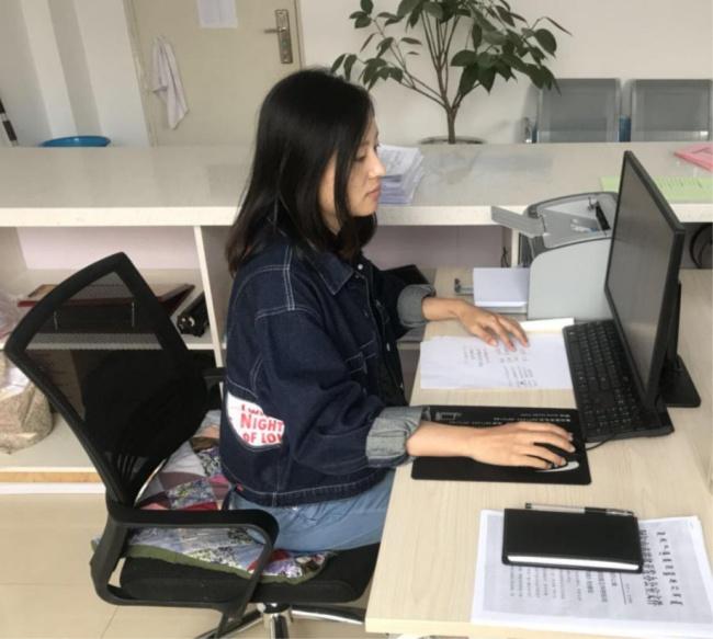 李明明在工作.JPG