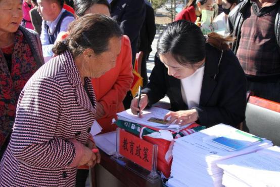 李明明(右)在宣讲学生资助政策.png