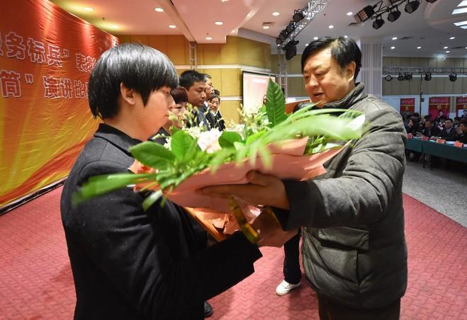 驻马店市人民政府金融办主任黄庆伟为诚信服务标兵颁奖.JPG