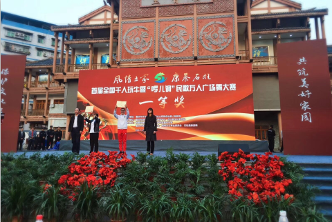 县委常委宣传部长王琼英(右)为一等奖颁奖.png