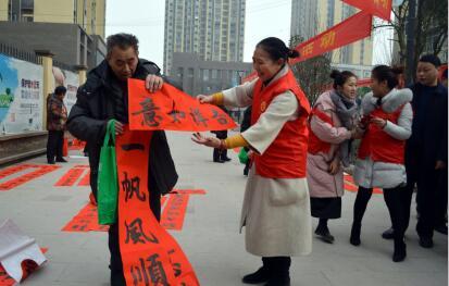 图为街道办事处主任刘洪英为群众送春联.jpg
