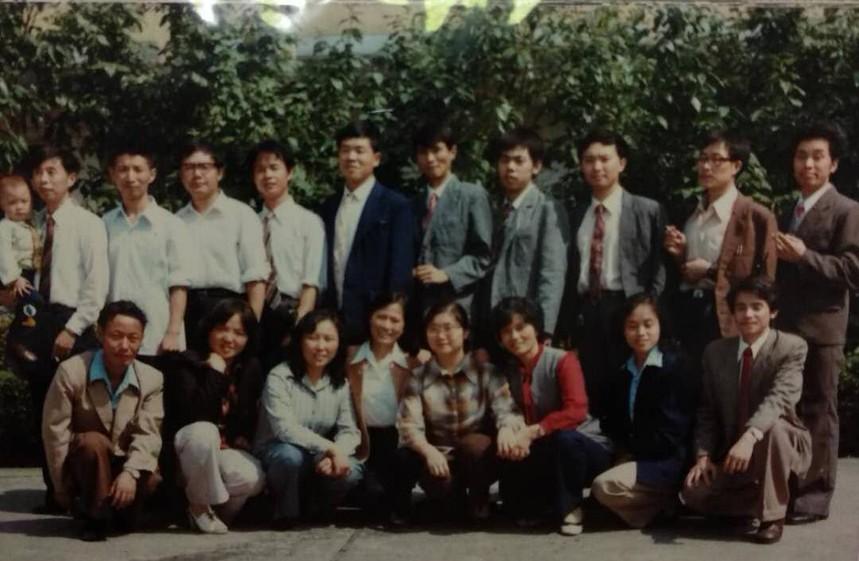 图二为杨颂就读广播电视大学汉语言文学专业毕业时部分同学合影,前排左第一人为杨颂    陈科文供图。.jpg
