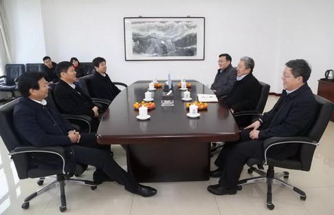 06吕巷镇领导春节前夕慰问上海蓝滨.jpg