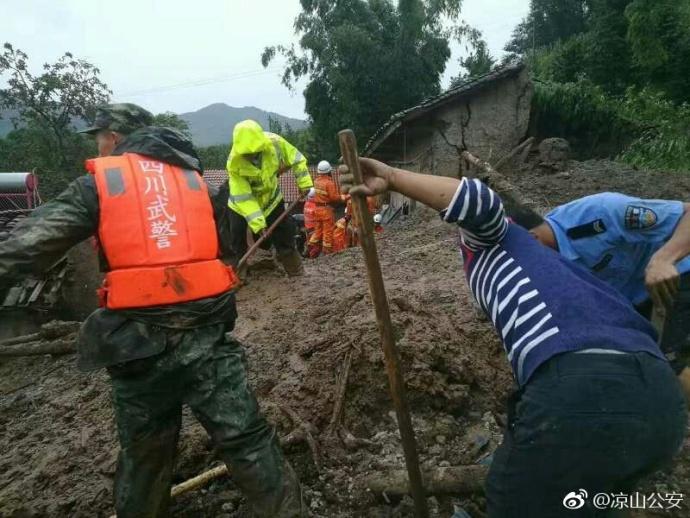 救援力量正在全力开展抢险救援工作。图据凉山州公安局官方微博
