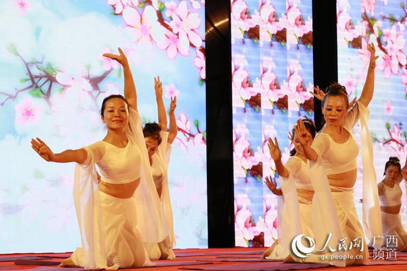 参赛选手将瑜伽元素融入广场舞