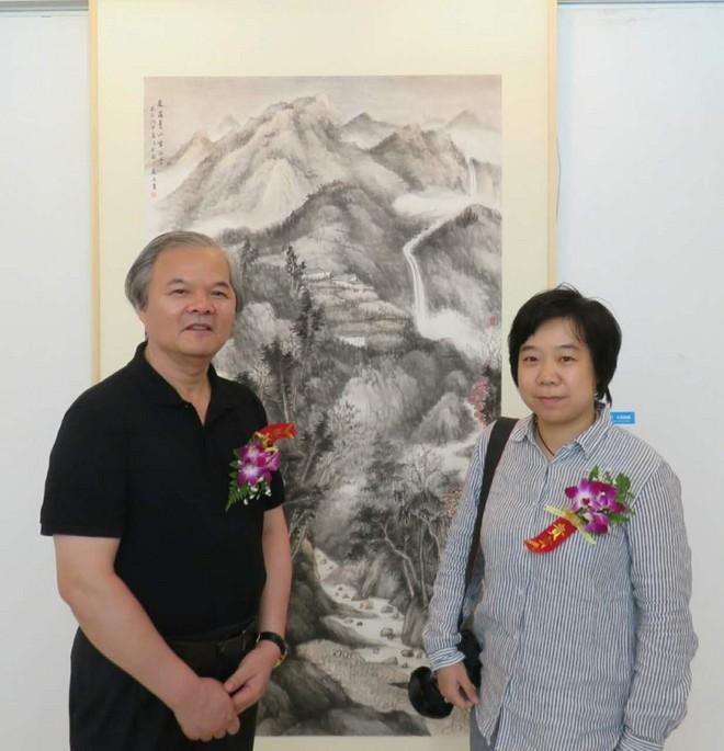 09上海美协副主席陈琪和作者苏焱在作品《泉落青山生白云》前合影.jpg