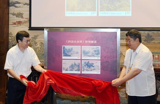 中国邮政集团公司董事长刘爱力(左)、故宫博物院院长单霁翔(右) 揭幕《四景山水图》特种邮票