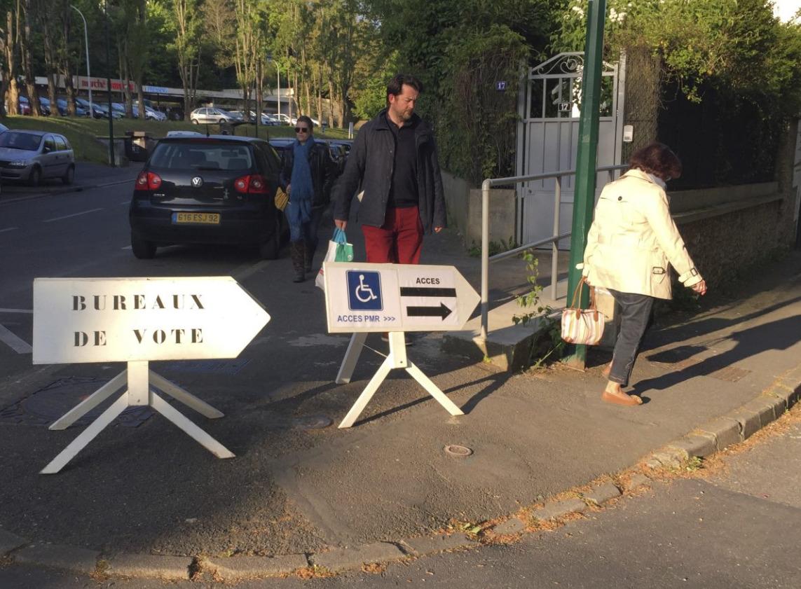 法国首都巴黎的票站开启,巴黎民众陆续进入为首轮总统大选投票。