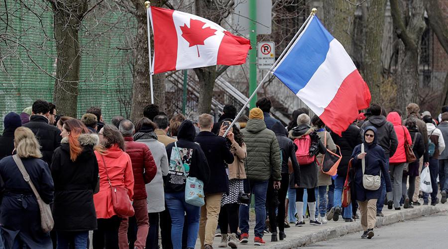加拿大魁北克省蒙特利尔,法国公民排队等待法国总统首轮投票。