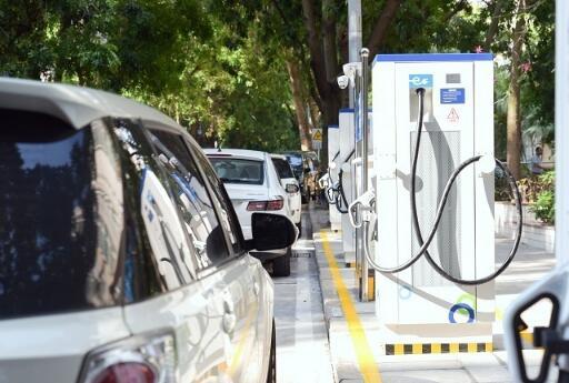 """全国首个""""智慧停车+充电一体化""""路边充电桩试点在深圳建成"""