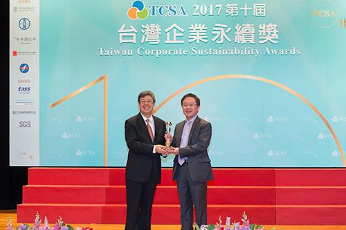 代表领取十大永续典范台湾企业奖座