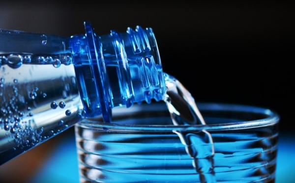 比自来水更脏!瓶装水里全是塑料还致癌?终于真相了