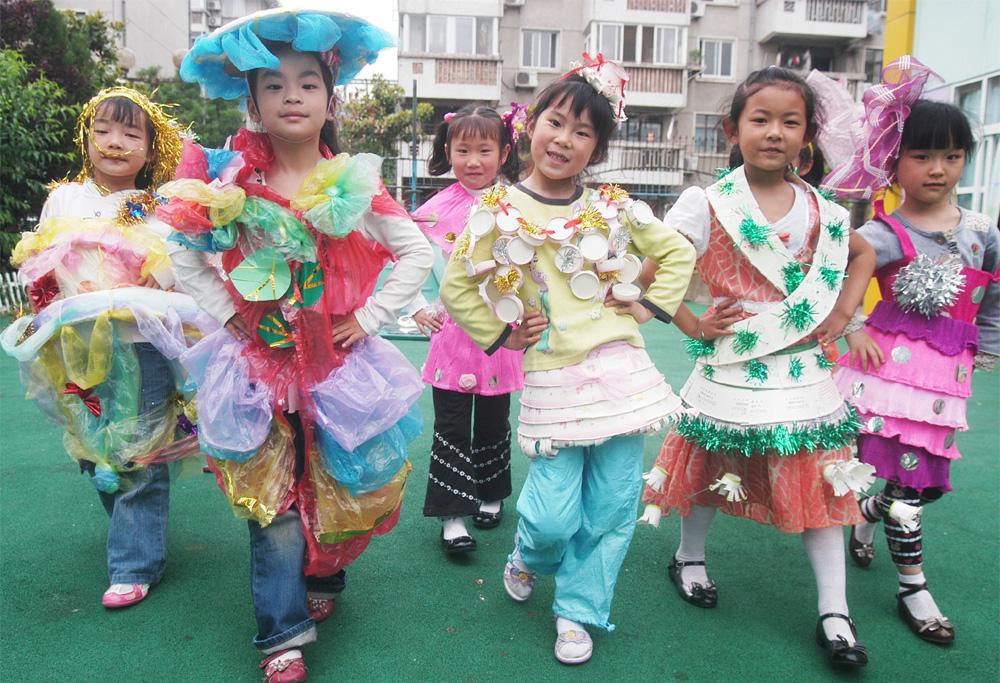 打包袋-购物袋设计图片 用塑料袋制作演出服装:幼儿环保时装秀图片,塑