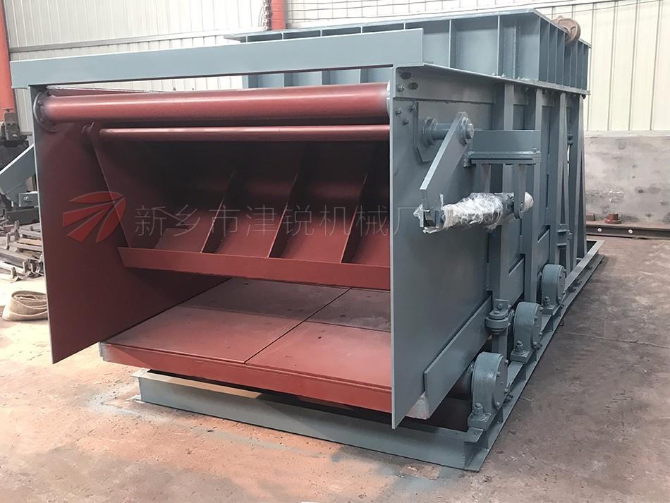 K型往复式给料机结构是由机架、底板(给料槽)传动平台、漏斗闸门、托辊等组成